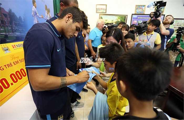 Cầu thủ Man City ký tặng các em nhỏ hâm mộ. (Ảnh: Quang Minh)