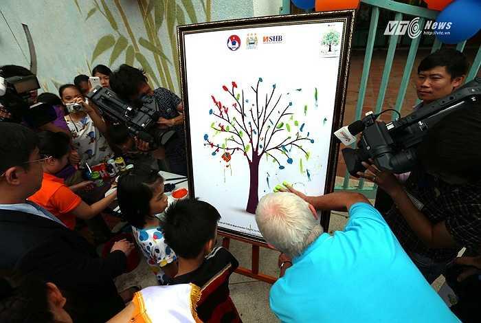 Những bức tranh mang thông điệp hòa bình là điều mà ban tổ chức muốn truyền tải. (Ảnh: Quang Minh)