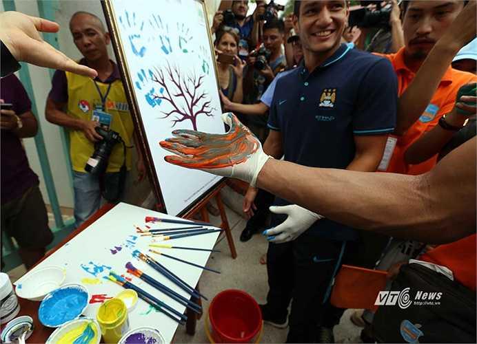 Niềm vui của cầu thủ Man City và các trẻ em làng SOS. (Ảnh: Quang Minh)