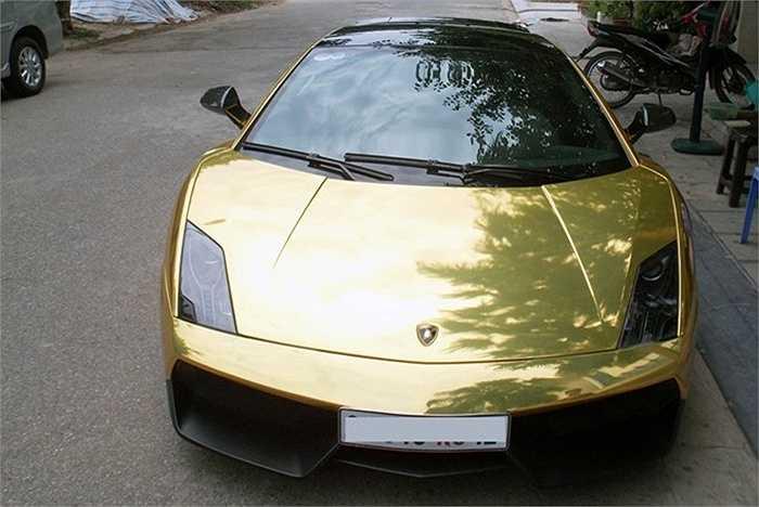 Một lớp decal vàng bóng được dán đè lên lớp sơn cũ. Đây là phong cách thường xuất hiện trên các siêu xe ở nhiều nước trên thế giới. Bộ cánh mới mang lại cho Lamborghini Gallardo LP570-4 Superleggera diện mạo khác lạ hơn trước.
