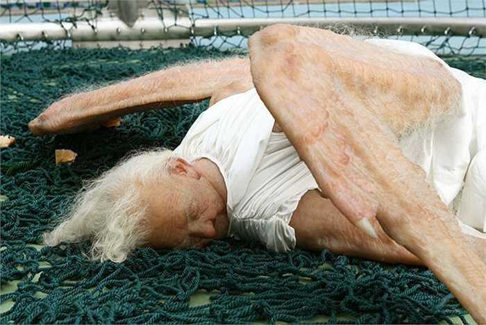 Thiên thần sa ngã nằm giữa các tấm lưới