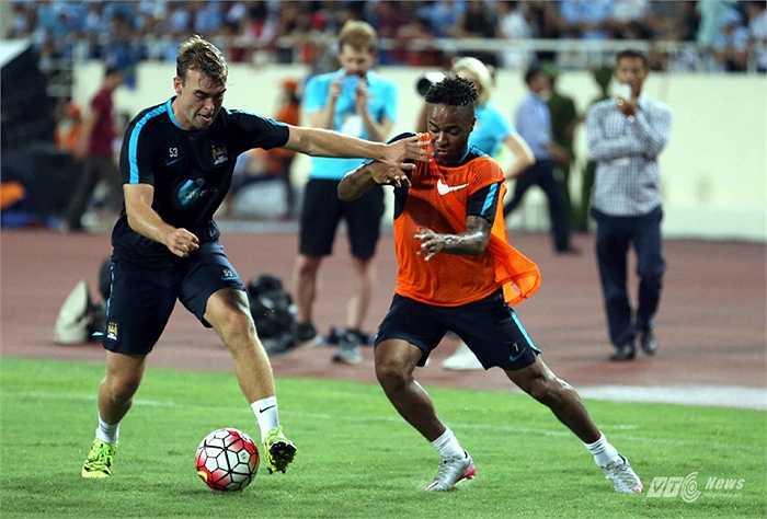 Raheem Sterling (áo vàng) là một trong những ngôi sao đáng xem nhất của Man City trong chuyến du đấu ở Việt Nam. (Ảnh: Quang Minh)