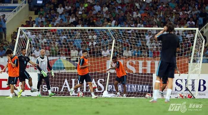 Hôm qua trên sân Mỹ Đình, cầu thủ Anh đắt giá nhất mọi thời đại đã có màn ra mắt khán giả Việt Nam. Anh là người ghi bàn thắng thứ 4 trong buổi tập. (Ảnh: Quang Minh)