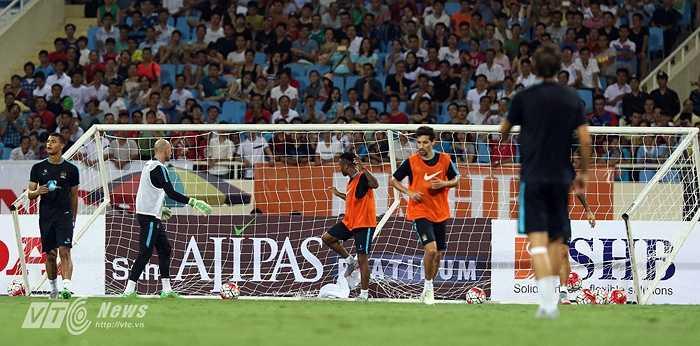 Tuy nhiên, trong nỗ lực ghi bàn, Sterling đã khiến cho cầu môn của thủ thành Caballero đổ gục ngay trước mắt. (Ảnh: Quang Minh)