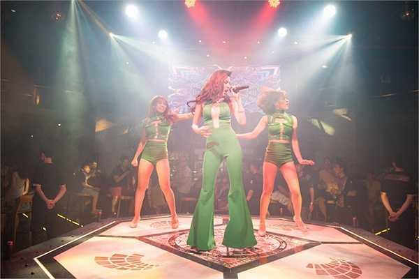 Nữ ca sĩ biểu diễn cùng các vũ công nữ, được khán giả Hà Nội tại sự kiện khai trương  Sparta Beer cổ vũ nhiệt liệt