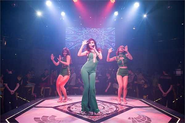 Chứng kiến những động tác vũ đạo của Thuỷ Tiên, rất nhiều khán giả có mặt đã đứng lên nhún nhẩy, và hát theo các ca khúc hit của cô