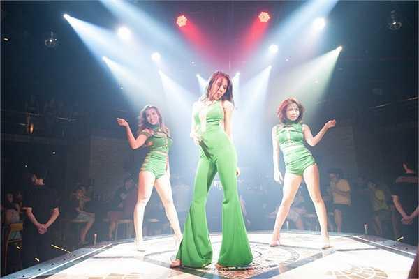 Khi ca khúc cuối cùng kết thúc, rất nhiều khán giả đã đi theo Thuỷ Tiên để có thể chụp hình cùng cô, nữ ca sĩ xinh đẹp đã vui vẻ nhận lời.
