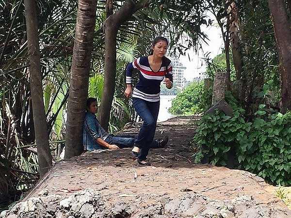 Minh Tuyết (DV Bích Trâm) có hoàn cảnh gia đình thương tâm. Minh Tuyết vốn là con út của một tỷ phú HongKong đã bị sát hại, được gia đình gởi sang Việt Nam từ nhỏ. Minh Tuyết mang theo một bí mật mà giới xã hội đen HongKong ngày đêm truy lùng.