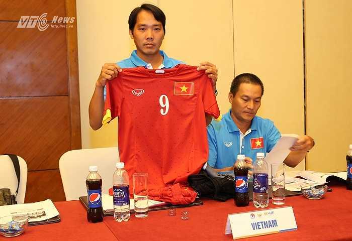 Ở trận đấu rất được chờ đợi với đội bóng 'nửa xanh thành Manchester', tuyển Việt Nam chọn trang phục ra sân màu đỏ. (Ảnh: Quang Minh)