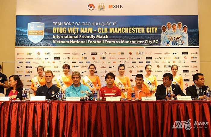 Sau buổi họp báo kỹ thuật, đại diện 2 đội cũng đã bước vào buổi họp chính thức trước trận đấu cùng giới truyền thông. (Ảnh: Quang Minh)