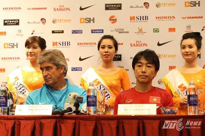 HLV trưởng Miura (phải) của tuyển Việt Nam, coi trận đấu với Man City là một cơ hội, một trải nghiệm với tuyệt vời và sẽ chơi một trận đấu cống hiến. (Ảnh: Quang Minh)
