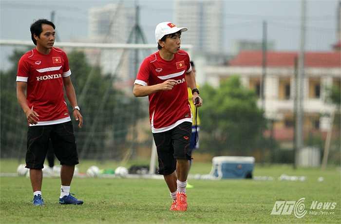 Ngay sau khi rời phòng họp báo, ông Miura lập tức tới sân tập cùng đội tuyển Việt Nam. (Ảnh: Hà Thành)