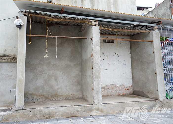 Ba căn chòi với chiều dày chưa tới 1m quay lưng ra mặt đường Nguyễn Văn Huyên kéo dài dù có đầy đủ cửa xếp nhưng không có ai ở.