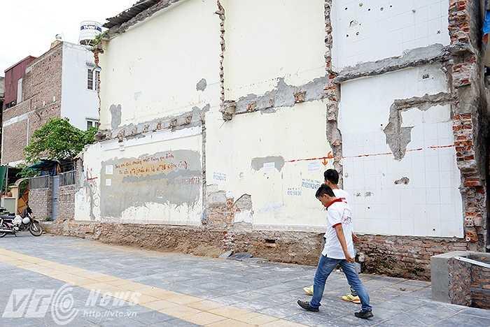 Bức tường nổi tiếng nhất Hà Nội với chiều dài 10m85, rộng 0,14m được rao bán với giá 1 tỷ đồng trên đường Nguyễn Văn Huyên.(Ảnh: Việt Linh – Nguyễn Long)