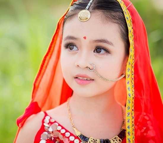 Quỳnh Châu - chị gái Tường Vy - chia sẻ: 'Những ngày qua, gia đình rất bất ngờ khi bộ ảnh gây chú ý. Từ nhỏ, Vy đã sớm bộc lộ năng khiếu như ca hát, nhảy múa, chụp ảnh... Nếu sau này, bé yêu thích và muốn đến với nghệ thuật thì gia đình sẽ ủng hộ hết mình'.