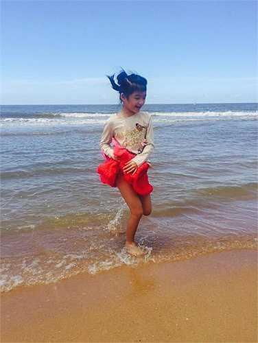 Bảo Tiên như cô công chúa nhỏ chơi đùa bên bãi biển.
