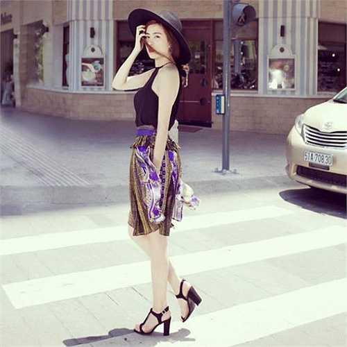 Hoàng Thùy Linh với phong cách thời trang đường phố ấn tượng.