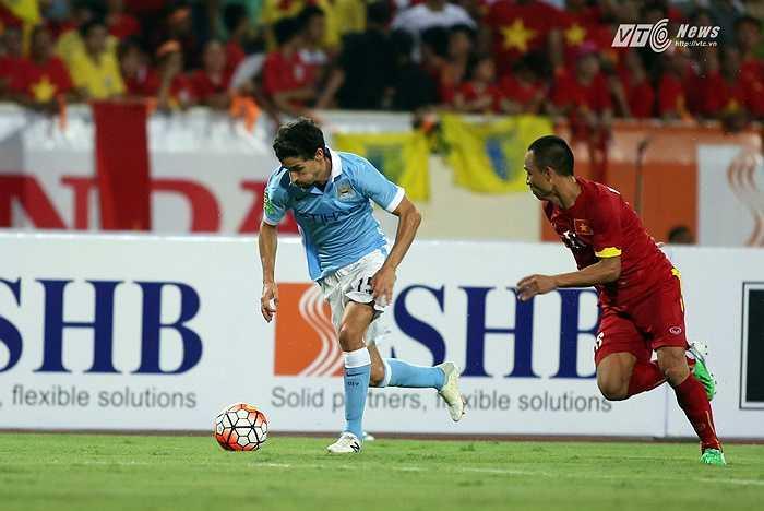 Thật khó để một cầu thủ Việt Nam có thể theo kịp tốc độ của Jesus Navas. (Ảnh: Phạm Thành)