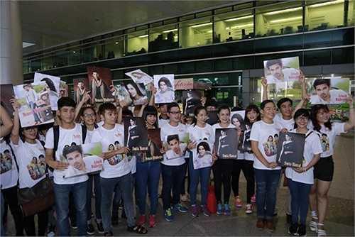 Chiều ngày 28/7, đông đảo fan Việt yêu thích Cô dâu 8 tuổi đã có mặt ở sân bay Tân Sơn Nhất để chào đón 2 diễn viên của phim truyền hình này là Avinash Mukherjee và Smita Bansal lần đầu đến Việt Nam. Theo dự kiện cả hai sẽ đến lúc 17h, chính vì vậy, các fan của 2 ngôi sao này đã bất chấp thời tiết mưa bão chiều nay của Sài Gòn để chờ đợi thần tượng.