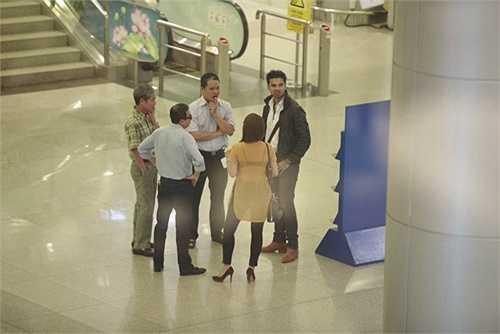 Tuy nhiên, Smita Bansal đến trễ hơn dự kiến, Avinash Mukherjee cũng phải mòn mỏi chờ trong sân bay giống các fan khác.