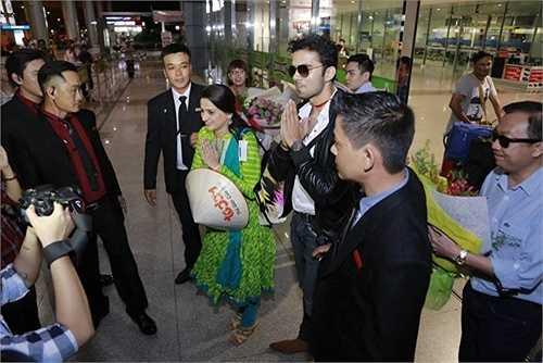 2 ngôi sao 'Cô dâu 8 tuổi' lịch sự chào truyền thông và người hâm mộ Việt theo nghi lễ Ấn Độ.