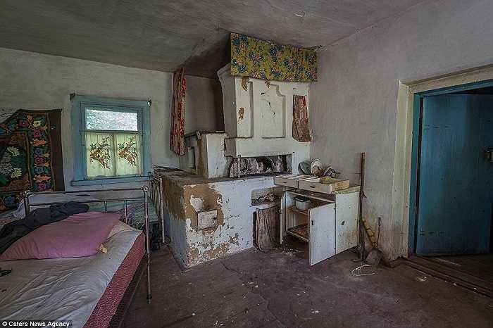 Những đồ đạc còn sót lại của một gia đình trong căn phòng