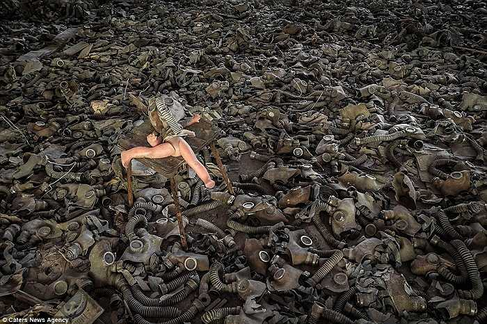 Hàng trăm chiếc mặt nạ phòng độc nằm ngổn ngang trên sàn