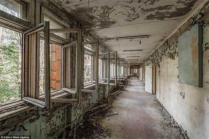 Những tòa nhà vắng bóng người nhiều năm nay