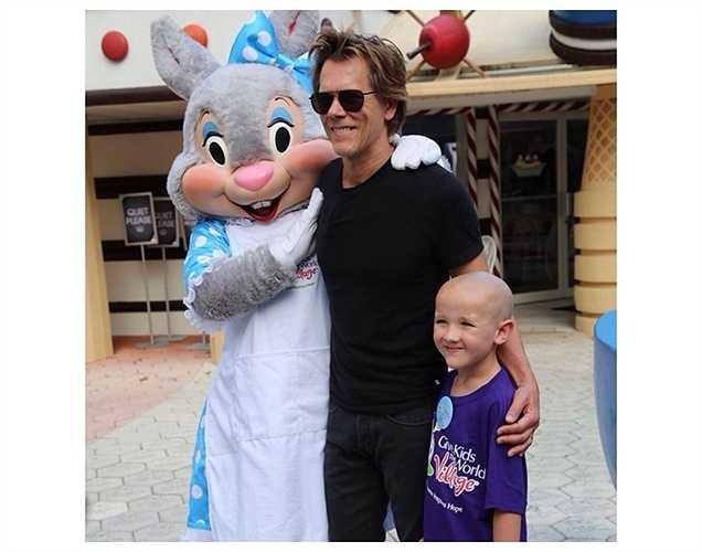 Nam diễn viên Kevin Bacon thăm bệnh nhi. Anh phát động thử thách ăn kem để gây quỹ ủng hộ trẻ em bị bệnh. (Bài:Vũ Khanh. Ảnh: Tổng hợp)