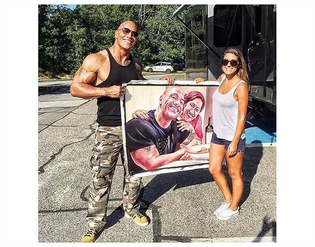 'The Rock' thích thú khi được nữ nghệ sĩ trẻ tặng tranh.