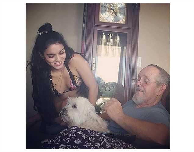 Vanessa Hudgens khoe ảnh cùng bố chơi đùa với chú cún cưng.