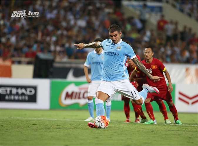 Kolarov là người bình tĩnh thực hiện chính xác quả 11m cho Man City. (Ảnh: Phạm Thành)