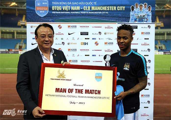Cuối trận, tiền vệ người Anh được trao giải cầu thủ Man City hay nhất. (Ảnh: Phạm Thành)