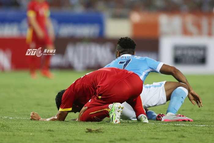 Thanh Hiền thất vọng khi phạm lỗi dẫn đến đội nhà bị thổi 11m. (Ảnh: Phạm Thành)
