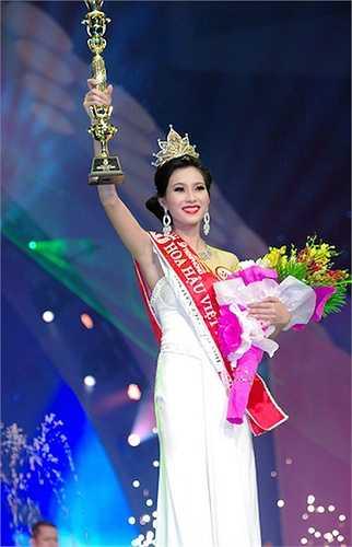 Đặng Thu Thảo đăng quang ngôi Hoa hậu Việt Nam 2012 ở tuổi 19.