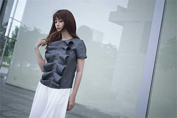 Áo xám họa tiết phối với váy trắng mang đến cho Việt My phong cách riêng và nổi bật trên phố.