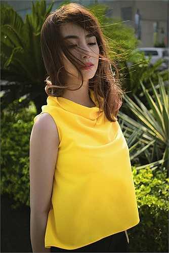 Việt My chọn áo cổ đổ vàng óng mix cùng váy đen để sử dụng trong tiết trời chuyển mùa như xua đi vẻ ảm đảm của ngày mưa mà  thay vào đó là  vẻ tươi sáng rực rỡ.