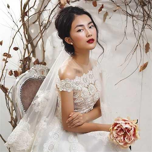 Helly Tống tên thật là Tống Khánh Linh, sinh năm 1995