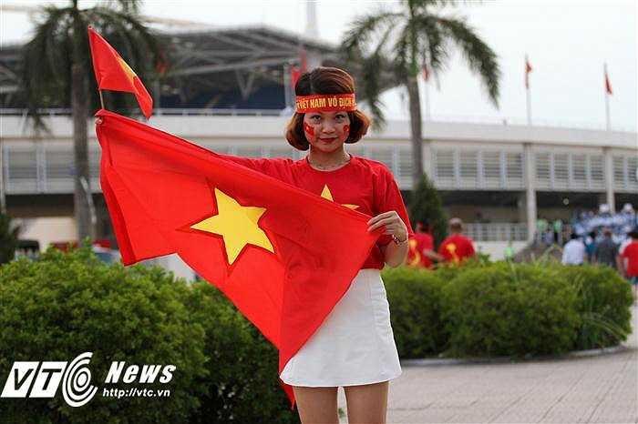 Khá nhiều những cô gái xinh đẹp đến xem trận Việt Nam - Man City (Ảnh: Hoàng Tùng)
