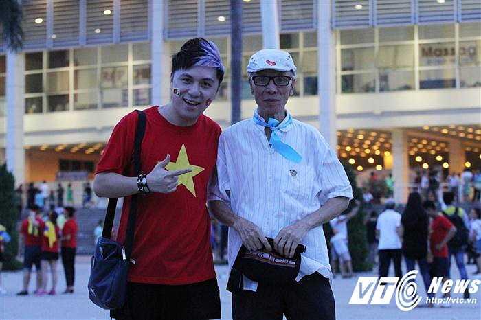 Ca sĩ Minh Vương đến xem trận đấu cùng bố (Ảnh: Hoàng Tùng)