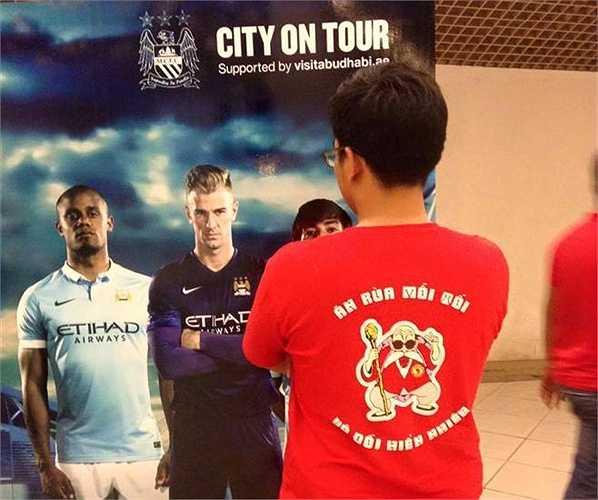 'Cụ Rùa' Man đỏ trước poster Man City