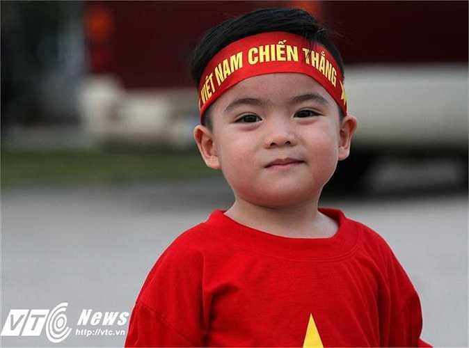 Ngoài fan Man Utd, đã có rất đông CĐV Việt Nam cũng có ý định nhuộm đỏ Mỹ Đình. Đủ mọi thành phần, từ những cậu nhóc dễ thương, hotgirl cho đến những CĐV gạo cội (Ảnh: Hoàng Tùng)