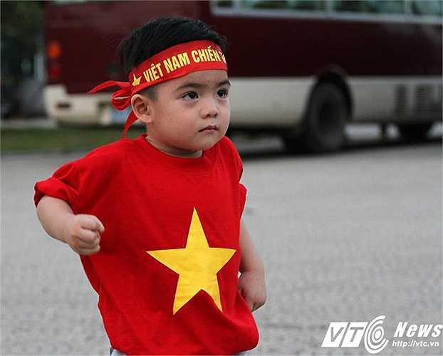 Cậu bé này đi cùng một nhóm CĐV SL.Nghệ An (Ảnh: Hoàng Tùng)