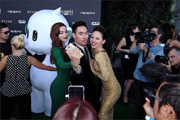 Nhà thiết kế Lý Quý Khánh chọn cho mình bộ suit sang trọng Dolce & Gabbana và sơ mi, huy hiệu Chanel.