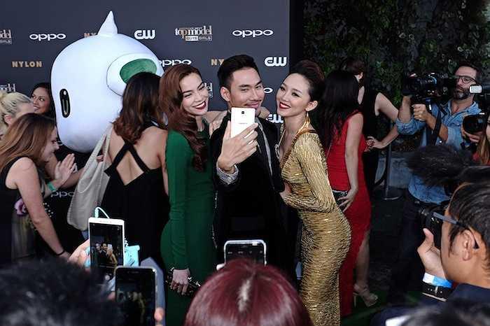 Tóc Tiên rất tự tin với chiếc váy tinh tế màu vàng đồng từ thương hiệu Lý Quý Khánh.