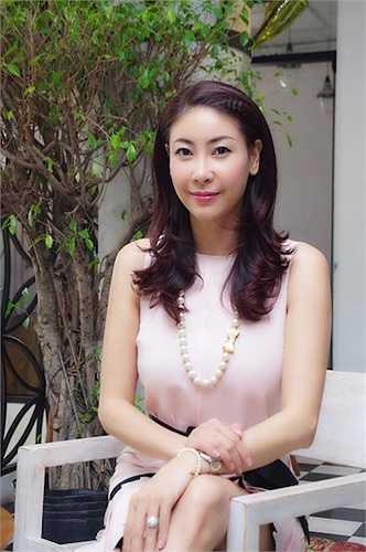 Cô giữ được làn da trắng hồng tự nhiên dù chỉ trang điểm nhẹ.