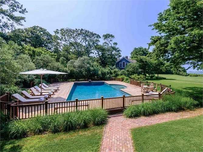 Hồ bơi dài 56 m với một bồn tắm nước nóng gắn là nơi lý tưởng tổ chức các bữa tiệc ngoài trời.