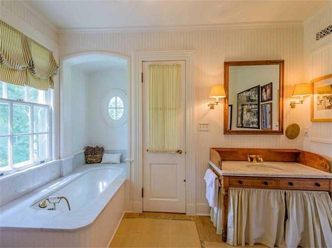 Những tấm rèm cửa và bệ rửa ốp gỗ gợi cho người ta nhớ lại thời gian xây dựng của ngôi nhà vào những năm 1930.
