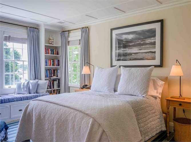 Cả khu bất động sản này có tổng cộng 10 phòng ngủ, 6 phòng trong số đó nằm ở biệt thự chính.