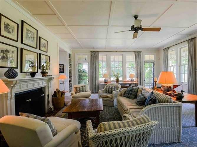 Ngôi nhà khách cũng có phòng khách riêng, nhà bếp và đường lái xe vào riêng.